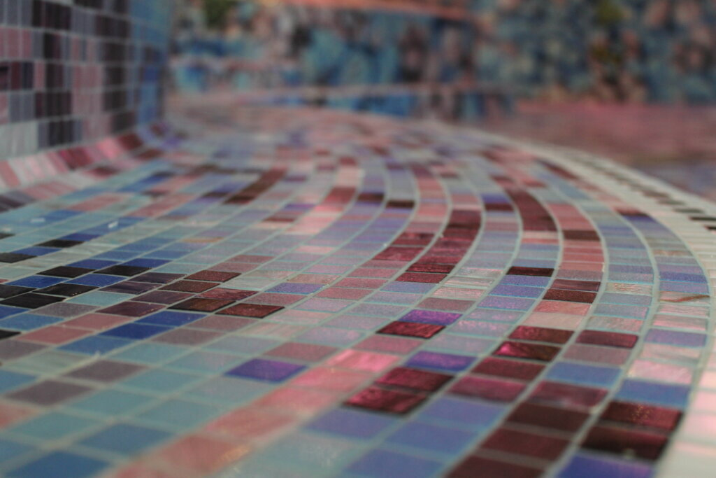 Piscina rivestita in mosaico