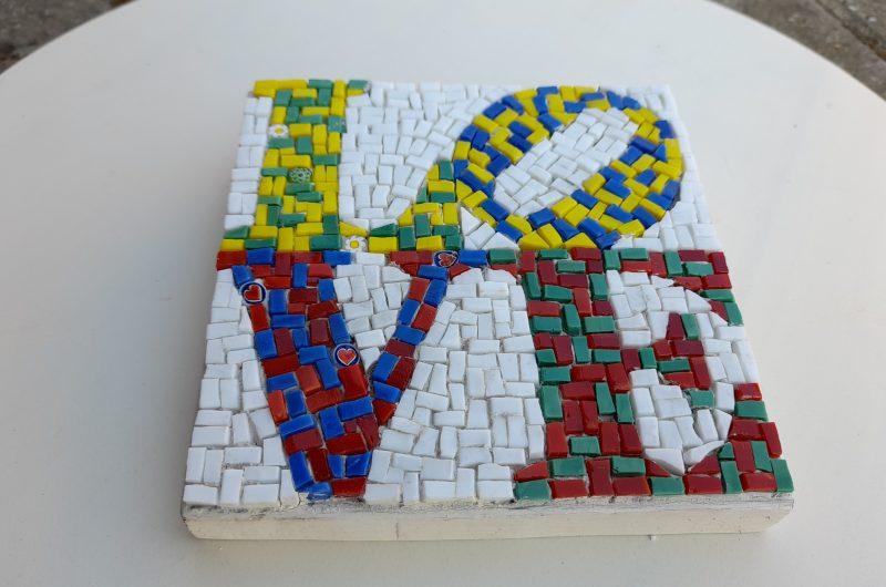 Scritta Love da parete in mosaico