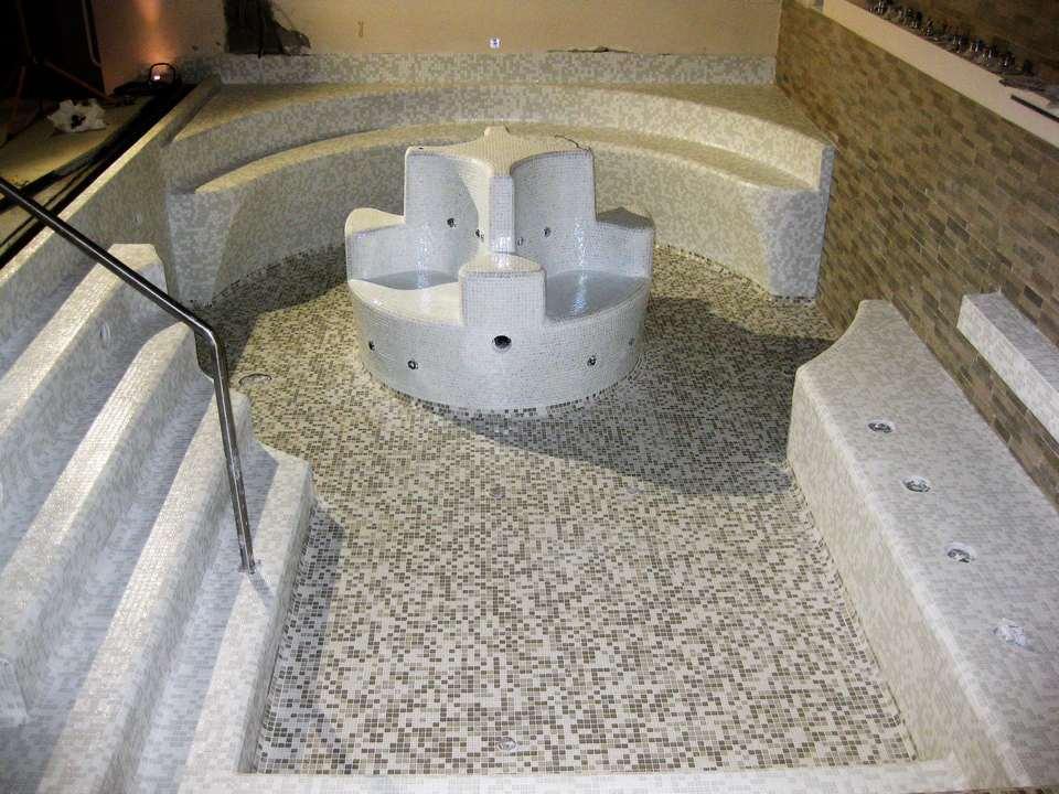Piscina idromassaggio in mosaico Bisazza