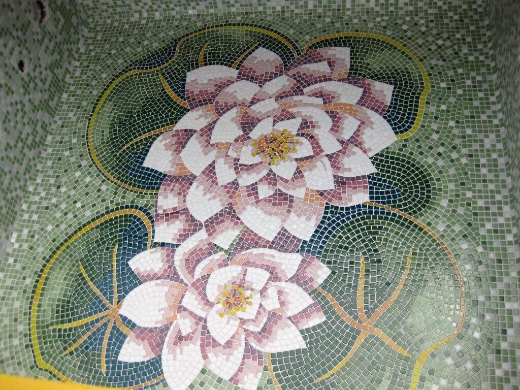Vasca idromassaggio da esterno rivestita in mosaico artistico
