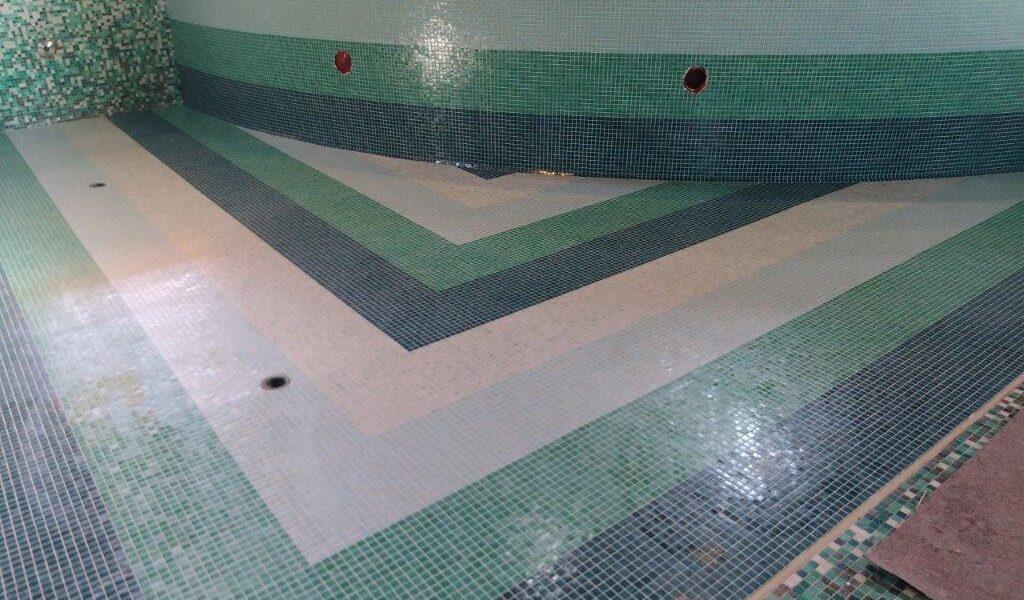 Piscina rivestita in mosaico multicolore